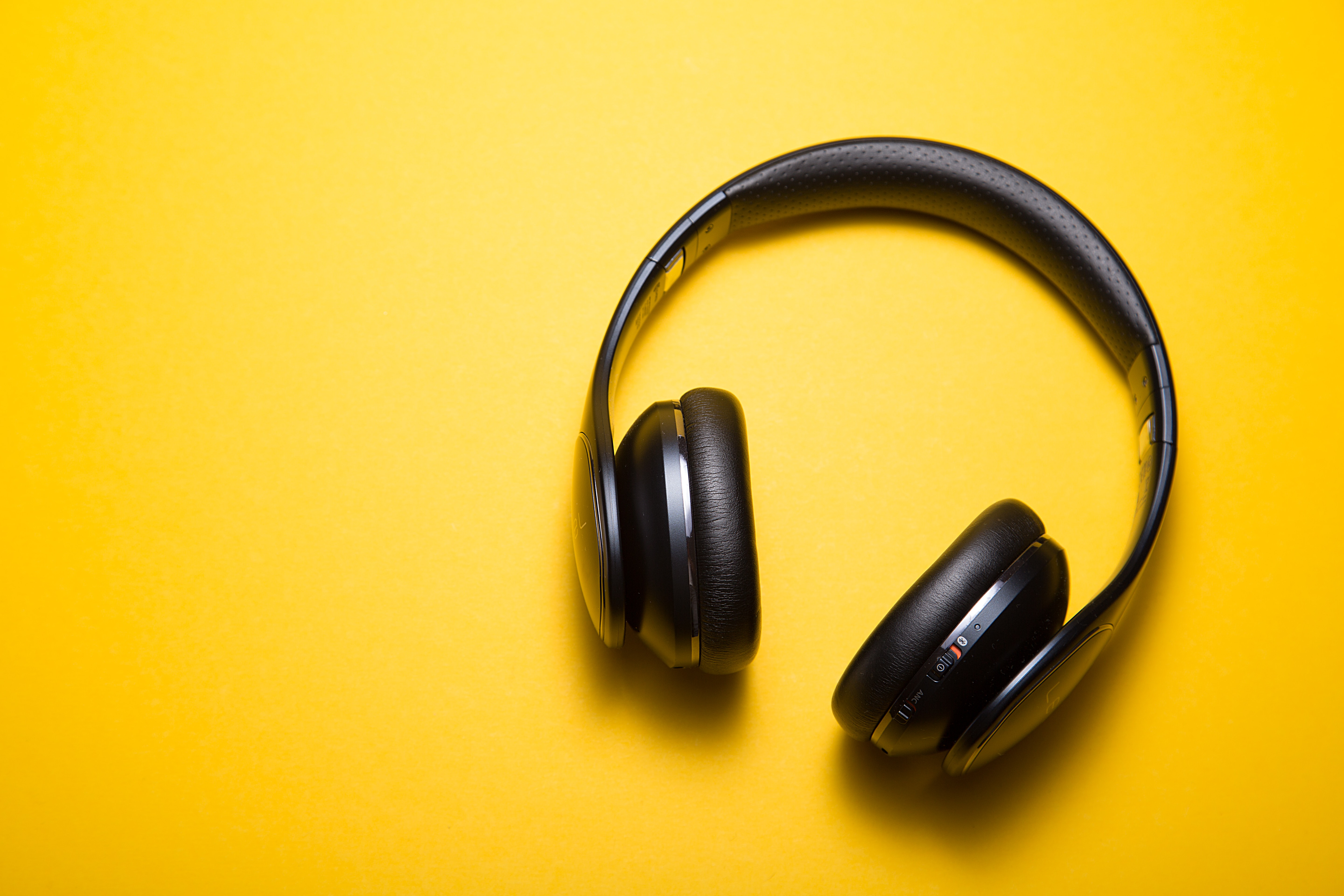 Headphones: Open Back Vs. Closed Back – Which One's Better for Your Podcast?